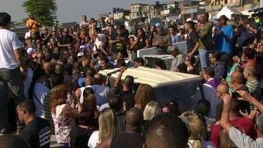 Emoção e revolta no enterro do centésimo PM morto no Rio, em 2017 - Sargento da PM foi morto, no sábado, na frente do pai, na Baixada Fluminense.