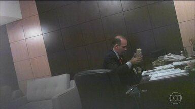 Novos vídeos mostram mais corrupção em Mato Grosso - Mais imagens feitas pelo delator e ex-governador do Mato Grosso, Silval Barbosa, do PMDB, mostram outros políticos recebendo propina em troca de apoio.