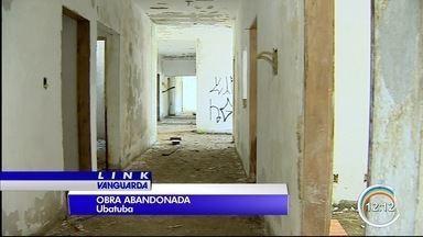 Moradores da Maranduba, em Ubatuba, estão indignados com abandono de obra - Prédio foi erguido, mas dinheiro acabou.