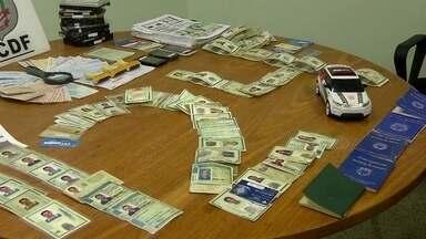Criminosos falsificam documentos de mortos para fazer empréstimos e saques em banco - As pessoas, apesar de mortas, apareciam no cadastro da Receita Federal como vivas. Dois integrantes da quadrilha foram presos.