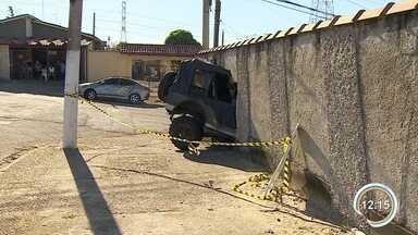 Idoso morre após ter casa atingida por carro desgovernado em Taubaté - As duas mulheres que estavam no veículo foram resgatadas pelo Samu e passam bem.