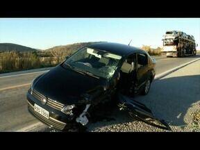 Motorista dorme ao volante, invade a contramão e bate em caminhão-tanque na BR-381 - Motorista teve ferimentos leves e foi socorrido pelo Corpo de Bombeiros; caminhão transportava óleo diesel e o material se espalhou na pista.