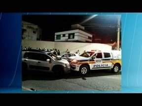 Casal desobedece ordem de parada e bate em viatura da Polícia Militar em Ipatinga - Dois sargentos tiveram ferimentos leves e foram encaminhados ao hospital; veículo era furtado e estava com a placa clonada.