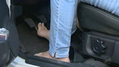Dirigir com o calçado errado pode causar acidentes, alerta especialista - Dirigir descalço é permitido por lei, mas Detran-SP orienta o uso de sapato fechado.