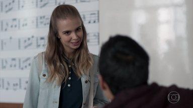 Clara chama Guto para sair - A menina insiste que Guto desmarque a aula de piano com Benê para ir ao cinema com ela