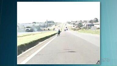 Menino quase é atropelado ao atravessar rodovia enquanto brinca de pipa - O vídeo foi gravado na PR-151 em Ponta Grossa.