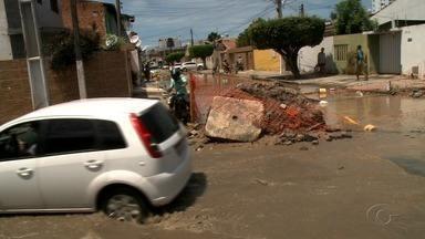 Cratera atrapalha trânsito no bairro da Jatiúca, em Maceió - Moradores dizem que cratera é decorrente de uma obra da Casal.