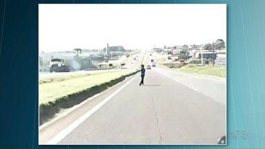 Criança atravessa rodovia atrás de pipa - O motorista conseguiu, por muito pouco, evitar o atropelamento.