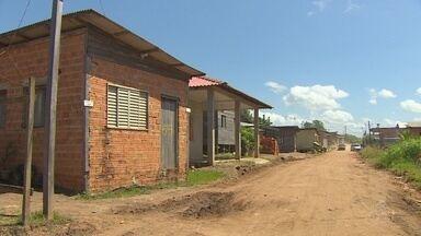 Justiça Federal ouve moradores sobre área invadida em Santana - Bairro das Oliveiras tem mais de 400 famílias que moram na área. Audiência pública com juiz aconteceu nesta terça-feira (29).