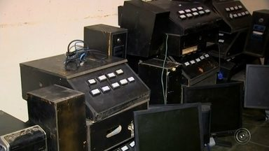 Polícia Civil apreende mais de 40 máquinas caça-níqueis em Itapetininga - A Polícia Civil de Itapetininga fechou quatro pontos de jogos de azar na cidade. 48 máquinas caça-níqueis foram apreendidas.