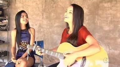 Conheça a dupla Débora Moura e Daniela que participa do concurso 'Novos Talentos', em GO - Competição está com votação aberta para público ajudar a eleger melhores sertanejos do estado.