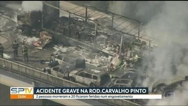 Engavetamento com 36 veículos deixa dois mortos em Jacareí - O acidente aconteceu na Rodovia Carvalho Pinto. Doze carros pegaram fogo.