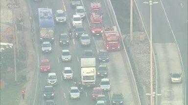 Bombeiros têm dificuldade para chegar até local de acidente na Avenida Brasil - O acidente foi na Avenida Brasil, altura da Fazenda Botafogo.O carro ficou com as rodas para cima. Mas os bombeiros tiveram dificuldade para chegar ao local, porque os motoristas invadem a pista seletiva.