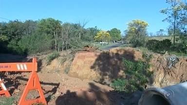 Ponte em Catanduva está interditada há mais de um ano devido à chuva - Uma ponte em Catanduva (SP), que dá acesso ao bairro Santa Paula, caiu há mais de um ano por causa da chuva e até agora a passagem está interditada. No lugar da ponte tem um buraco. É um perigo para quem passa pelo local.