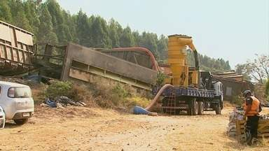 Trabalho de retirada de vagões que descarrilaram em São Simão continua - Eles levavam uma carga de 70 toneladas de enxofre.