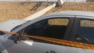 Mulher grávida fica ferida após derrubar poste na Avenida Castelo Branco - A vítima seguia para o trabalho quando perdeu o controle da direção, subiu no canteiro e bateu de frente com o poste.