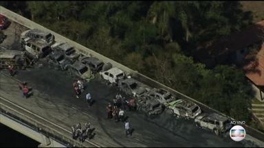 Engavetamento entre 36 veículos provoca morte e desespero na rodovia Carvalho Pinto, em SP - Acidente gravíssimo provocou uma morte e bloqueou a rodovia, uma das principais do interior de São Paulo.