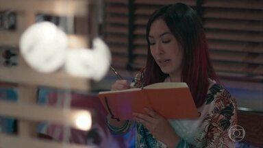 Tina compõe uma música nova - A menina se inspira na história da avó para escrever a letra. Noboru se diverte com a filha