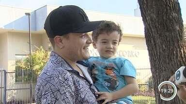 Criança resgatada por estranho em acidente na Carvalho Pinto reencontra família - Pedro, de três anos, recebeu a ajuda de um motorista no local.