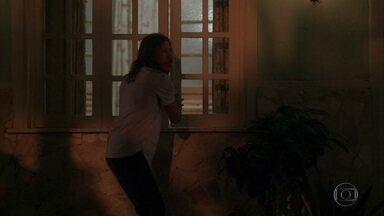 Canivete consegue sair da casa de Arlete sem ser visto - Arlete e Júlio chegam antes da hora e o bandido quase é surpreendido enquanto revista o porão da casa