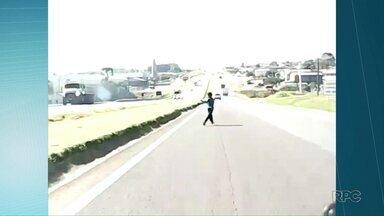 Paraná TV encontra garoto que quase foi atropelado em Ponta Grossa - Ele atravessou uma rua movimentada em busca de uma pipa.