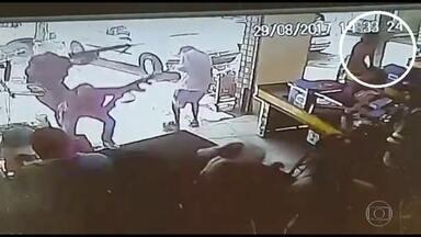 Bandidos levam terror a mercado - Assaltantes invadiram mercado em Parque Anchieta com fuzis. Caixa de supermercado foi morta.