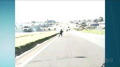 Menino relata o medo de ser atropelado ao cruzar pista para buscar pipa - Ele quase foi atingido por um carro ao atravessar a PR 151, em Ponta Grossa.