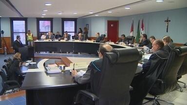TCE-AM decide usar processo mais criterioso para análise de contas do governo - Decisão ocorre após críticas do governador eleito Amazonino Mendes.
