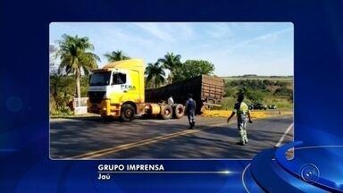 Acidentes movimentam atendimentos na região de Bauru - Um caminhão de laranjas tombou na rodovia João Ribeiro de Barros e interrompeu os dois sentidos da via, entre Jaú e Bocaina, mas não deixou feridos. Já em Bauru, uma mulher se feriu ao bater em um poste no acesso ao bairro Otávio Rasi.