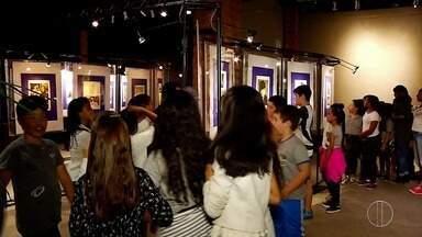 Espaço Inter TV em Nova friburgo, RJ, recebe alunos para exposição sobre Paulo Rónai - Assista a seguir.