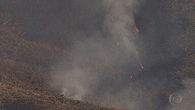 Bombeiros retomam combate a incêndio em vegetação no Parque do Itacolomi, em Ouro Preto - O incêndio havia sido debelado na manhã de quarta, mas recomeçou durante a tarde. A suspeita é que criminosos tenham colocado fogo na vegetação para despistar a polícia.