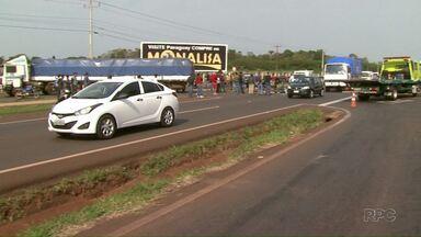 Motociclista de 31 anos morre na BR-277, em Foz do Iguaçu - Moto bateu na lateral de um caminhão que fazia o contorno na rodovia.