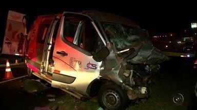 Médica morre e passageiros de van ficam feridos após acidente em rodovia - Uma médica morreu e outras sete pessoas ficaram feridas em um acidente na noite de quarta-feira (30), na rodovia Comendador Pedro Monteleone, também conhecida como rodovia da Laranja, entre as cidades de Catanduva e Palmares Paulista (SP).