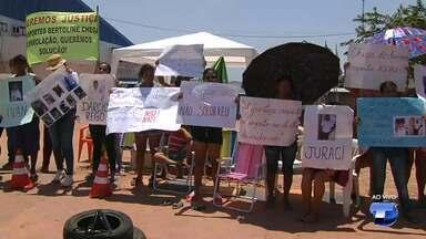 Familiares de vítimas de naufrágio com rebocador acampam em frente a Bertolini - Protesto iniciou na manhã desta quinta-feira (31) em frente a empresa que é dona da embarcação que afundou no rio Amazonas no dia 2 de agosto. Nove pessoas continuam desaparecidas.