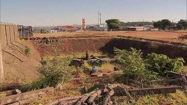 Moradores de Samambaia se queixam que estrutura da Caesb oferece perigo - Os moradores de Samambaia procuraram a equipe do Redação Móvel, que foi ao local conferir.