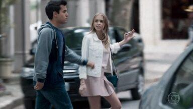 Clara se incomoda com a intromissão das 'five' - Guto diz à amiga que Ellen, Tina, Lica e Keyla o pressionaram para voltar a dar aula para Benê