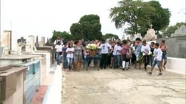 Enterrado, no Rio, o jovem de 16 anos, morto no Complexo do Chapadão - Polícia também investiga a morte de padeiro em São Gonçalo e vai fazer reconstituição do crime na próxima semana