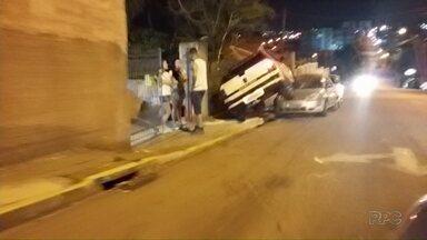 Motorista perde controle da direção e sobe em veículo estacionado em Ponta Grossa - O motorista foi preso em flagrante por embriaguez ao volante e liberado depois de pagar fiança.