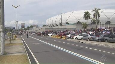 Multidão 'acampa' e encara fila quilométrica para assistir treino da seleção em Manaus - Troca de alimentos por ingressos começou às 10h (de Brasília), mas alguns chegaram pela noite desta quarta (30) para garantir ingresso para o treino.