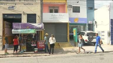 Bandidos assaltam loja de artesanato em Campina Grande - Clientes e funcionários foram assaltados.