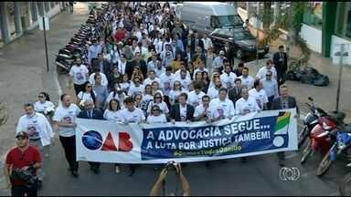 Moradores fazem manifestação contra violência e pedem justiça após morte de advogado - Moradores fazem manifestação contra violência e pedem justiça após morte de advogado