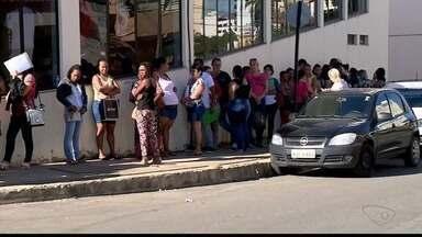 Inscrições para concurso da Prefeitura de Colatina terminam - Candidatos fizeram longa fila para se inscreverem.