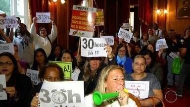 Servidores e professores manifestam em frente à Câmara Municipal de Petrópolis, no RJ - A ação ocorreu nesta quinta-feira (31).