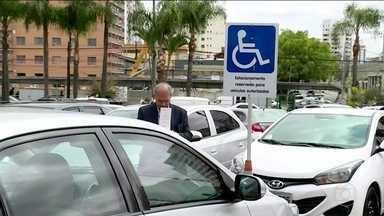 Em SP, agentes já podem multar em estacionamentos de shoppings - Quem parar em vaga de idoso ou deficiente sem o cartão será multado. Infração é gravíssima, com perda de sete pontos e multa de R$ 293, 47.
