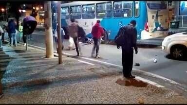 Ônibus atropela motociclista em avenida no Centro de Campinas - Imagens registraram a moto em baixo do coletivo após o acidente.