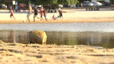 Lixo em grande quantidade é uma constante na vila de Alter do Chão - A praia de água doce mais bonita do brasil, destino preferido de muitos santarenos, visitantes das cidades vizinhas e turistas, infelizmente continua não sendo bem cuidada.