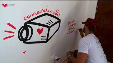 Intervenção artística busca estimular o cuidado com o meio ambiente, em Petrolina - A intervenção foi feita no aterro sanitário da cidade.