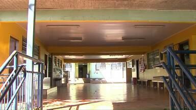 Escola municipal de Cascavel com mais de 40 anos nunca passou por grande reforma - Existem problemas do piso ao teto. Alunos e professores enfrentam uma série de dificuldades.