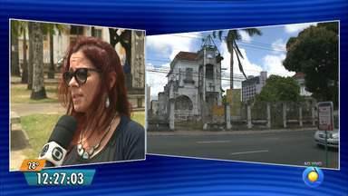 Patrimônio Histórico ameaçado em João Pessoa - Em alguns prédios foram colados cartazes, sinalizando o abandono.