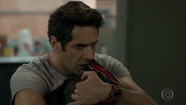 Agnaldo aparece na casa de Malagueta com o dinheiro - Ele conta ao comparsa que os seguranças de Eric estão atrás dele. Malagueta pensa em uma forma de se safar